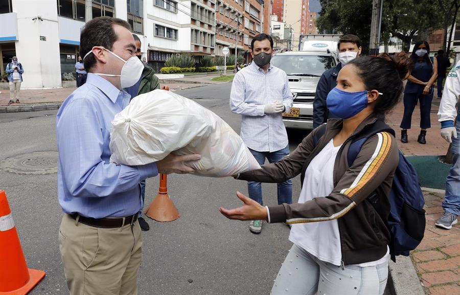 Guanipa distribuye bolsas de comida otorgadas por el gobierno colombiano