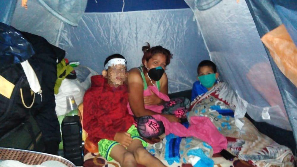 Caminantes venezolanos en carpas en Ipiales