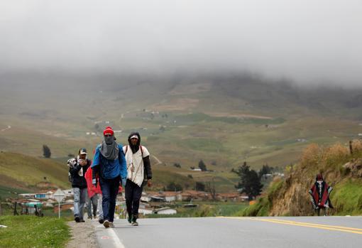 Muchos venezolanos varados optan por los caminos verdes