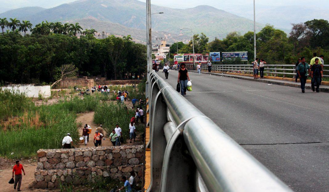 Civiles armados controlan los espacios que descuidan las fronteras.
