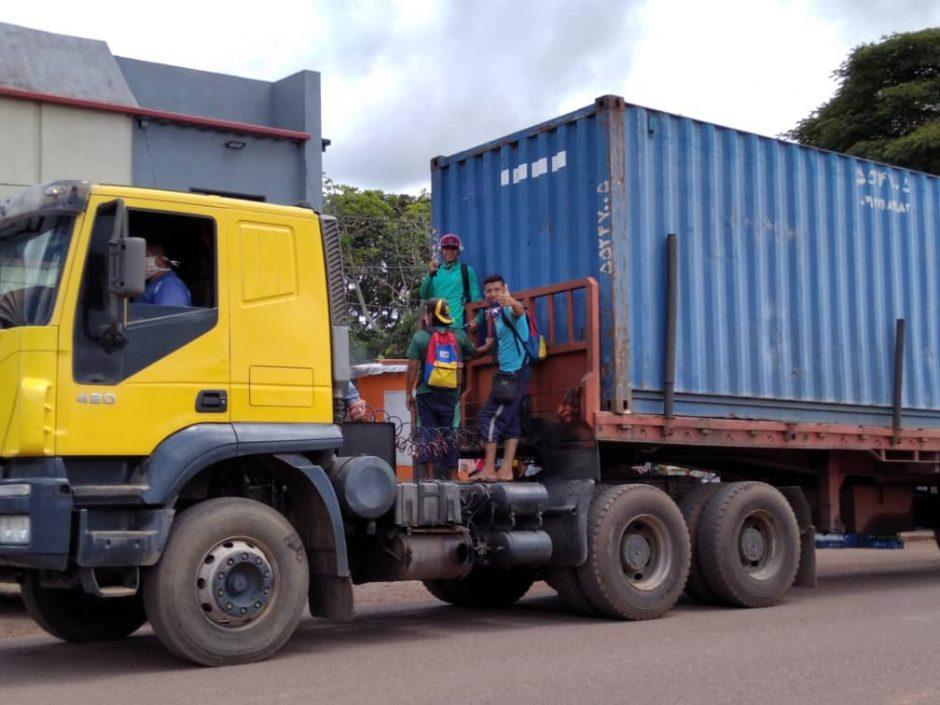 Santa Elena de Uairén - Aún con la frontera cerrada, la importación de alimentos desde el Brasil continúa. Por eso, las gandolas se han convertido en medio de transporte urbano y extra-urbano. El pasaje hasta Maturín en gandola tiene un valor de 150 dólares. Foto por Morelia Morillo
