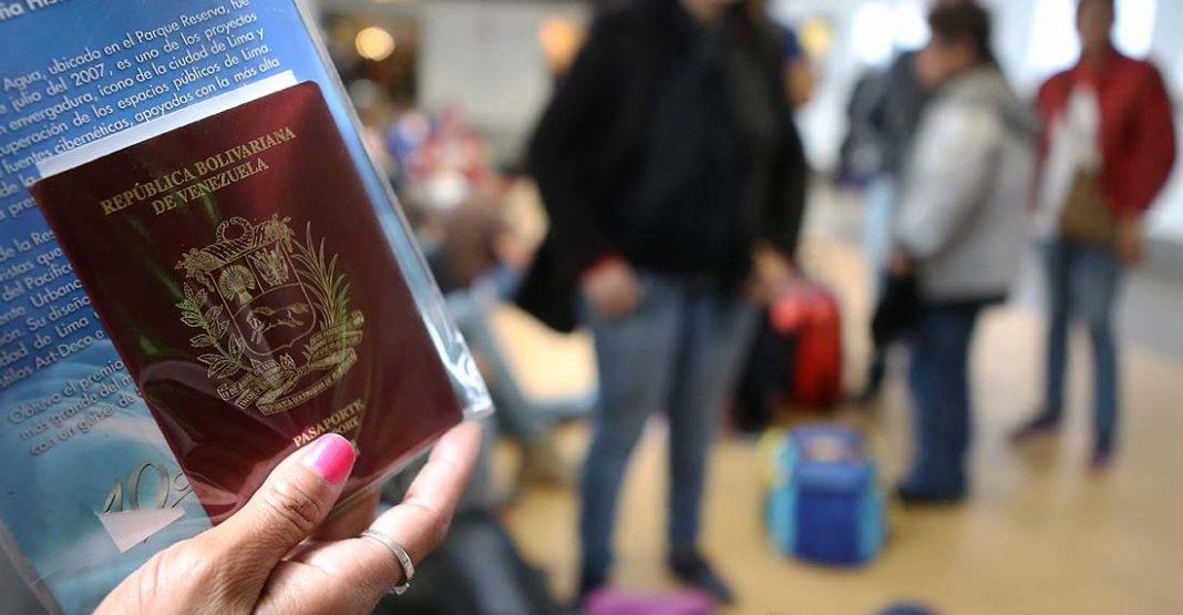Venezolanos requieren pasaportes vigentes para abordar vuelos internacionales. Foto El Nacional