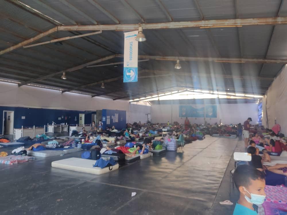 Migrantes mientras esperan para ser expulsados